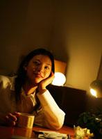 暗い部屋で横を見つめる日本人女性