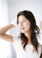 髪を拭いている日本人女性