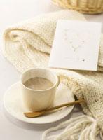 湯気が出ているコーヒーカップと白いマフラー 11004023526| 写真素材・ストックフォト・画像・イラスト素材|アマナイメージズ