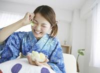 アイスを食べる和服の女性