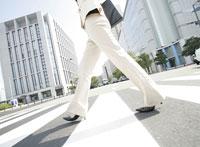 歩く女性の足元 11004024157| 写真素材・ストックフォト・画像・イラスト素材|アマナイメージズ
