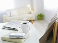 テーブルの上の新聞とコーヒーカップ
