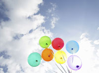 カラフルな風船と青空