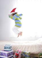 ベッドの上で跳ねる女の子