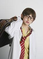 メガネをかけ大人の格好をした男の子