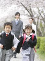 ランドセルを背負う男の子と女の子