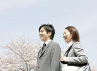 桜と笑顔のビジネスマンとOL