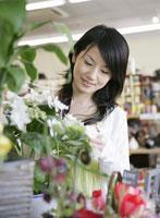 店で花を見る女性