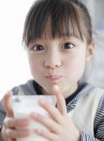 ミルクを飲んでいる女の子