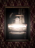 光が漏れる椅子の上のトランク