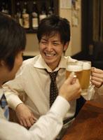 ビールで乾杯をする男性