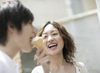 アイスクリームを食べるカップル 11004027338| 写真素材・ストックフォト・画像・イラスト素材|アマナイメージズ