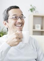 コーヒーカップを手に持った男性