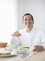 食卓に座る笑顔の男性