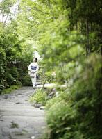 石畳を歩く着物姿の女性