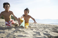 砂浜で遊ぶ男の子