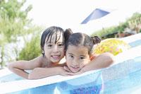 プールの渕で顔を寄せ合う姉弟 11004028610| 写真素材・ストックフォト・画像・イラスト素材|アマナイメージズ