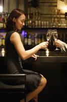 シャンパングラスを持って乾杯する女性