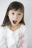 驚き顔の女の子 11004029291| 写真素材・ストックフォト・画像・イラスト素材|アマナイメージズ