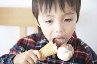 アイスクリームを食べる男の子 11004029380| 写真素材・ストックフォト・画像・イラスト素材|アマナイメージズ