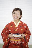 和菓子を持って笑う着物姿の女性 11004029547| 写真素材・ストックフォト・画像・イラスト素材|アマナイメージズ