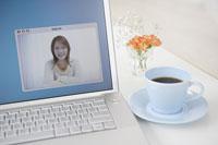 コンピュータの画面の中で微笑む女性