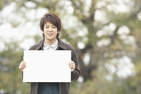 メッセージボードを持った男性 11004029721| 写真素材・ストックフォト・画像・イラスト素材|アマナイメージズ