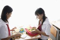 お弁当を広げる女子中学生