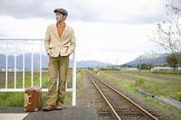 ホームに立つ日本人男性 11004030649  写真素材・ストックフォト・画像・イラスト素材 アマナイメージズ