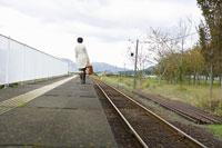 ホームを歩く女性の後ろ姿 11004030657  写真素材・ストックフォト・画像・イラスト素材 アマナイメージズ