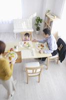 朝食の食卓につく家族