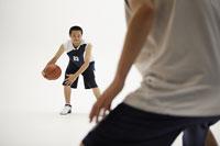 バスケットボールをする男性たち