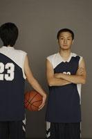 バスケットボールと男性たち