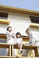 ベランダでくつろぐ日本人家族