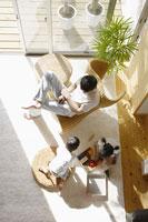 リビングでくつろぐ日本人家族 11004031901| 写真素材・ストックフォト・画像・イラスト素材|アマナイメージズ