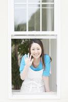 窓から手を振る女性