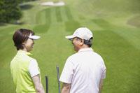 ゴルフ場の中高年カップル