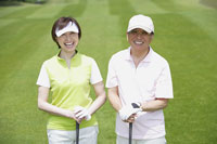 ゴルフ場の中高年カップル 11004032544| 写真素材・ストックフォト・画像・イラスト素材|アマナイメージズ