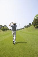 ゴルフをする男性の後ろ姿 11004032558| 写真素材・ストックフォト・画像・イラスト素材|アマナイメージズ