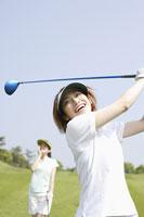 ゴルフ場の女性達 11004032724| 写真素材・ストックフォト・画像・イラスト素材|アマナイメージズ
