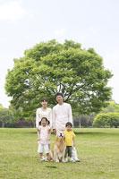 木の前に立つ日本人家族