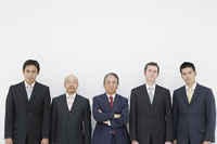 並ぶ五人のビジネスマン 11004033352| 写真素材・ストックフォト・画像・イラスト素材|アマナイメージズ