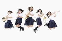 楽器とジャンプする女学生