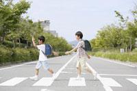 横断歩道の二人の男の子
