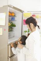 冷蔵庫の前の母と子