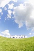 草原に立つ小学生