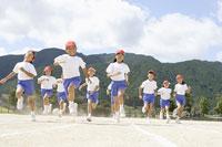 運動場を走る小学生