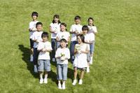 草原に立つ子供達