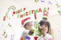 クリスマスの飾り付けをする子供