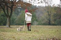 犬の散歩をする女の子